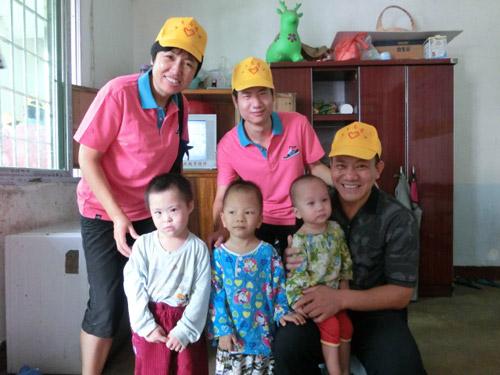 市人大常委会机关志愿者开展献爱心尊老爱幼活动